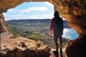 Mann in Calypso Cave schaut auf Ramla Bay
